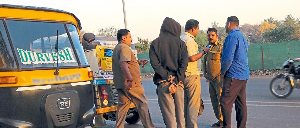 The auto-rickshaw drivers are arguing with passenger for plying without meter and charging Rs 200 at Sangam Bridge in early morning.
