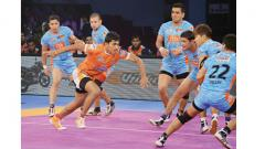 Puneri Paltan raider Monu in action during their match against Bengal Warriors at Sawai Mansingh Stadium, Jaipur on Friday.