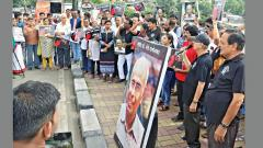 MANS activists hold 'Jawab Do' protest on the sixth death anniversary of rationalist Narendra Dabholkar on the Balgandharva bridge on Tuesday. Anand Chaini