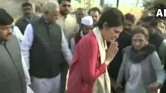 Priyanka asks why Unnao rape victim not given security, to meet family today