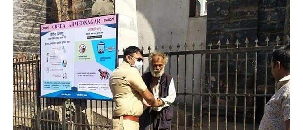 Nagar Police officer Gave food to Mentally Retarded Person