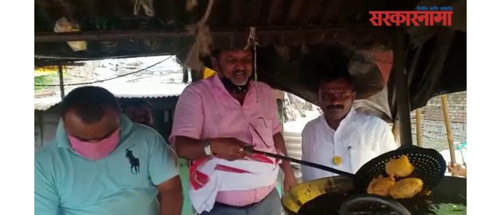 Ex Minister Mahadeo Jankar Frying Potato Wada