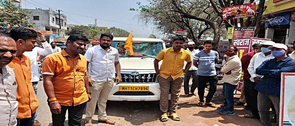 Shivsainiks smashed the vehicle of the power distribution recovery officer
