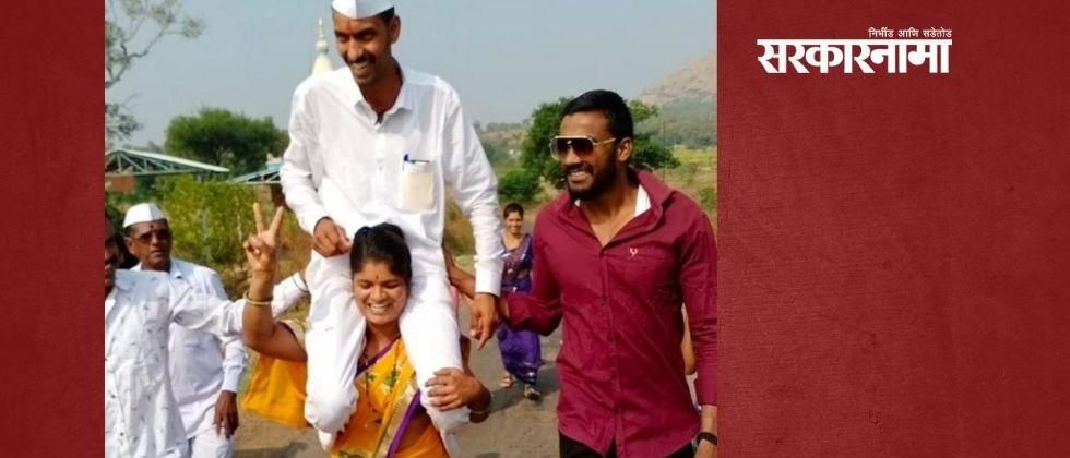 The wife celebrated the victory by carrying her husband, who had won the Gram Panchayat elections, on her shoulders
