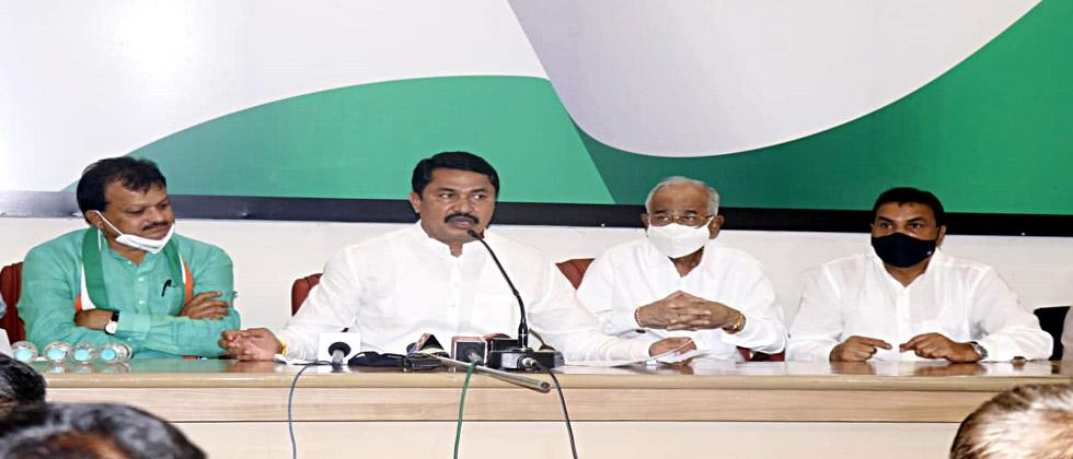 Hundreds of office bearers from Dhule district including MLA Sharad Patil joined Congress