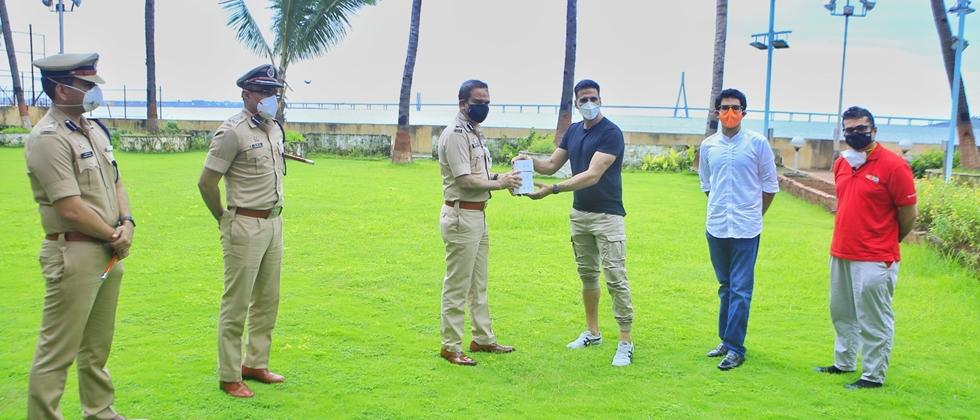 Akshay Kumar Donated Smart Wathches to Mumbai Polic