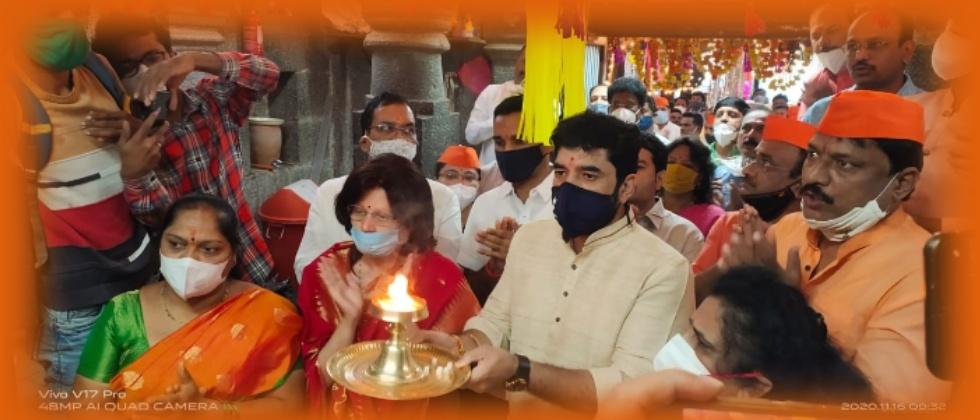 Mukta Tilak and Mayor Murlidhar Mohol Performing Pooja
