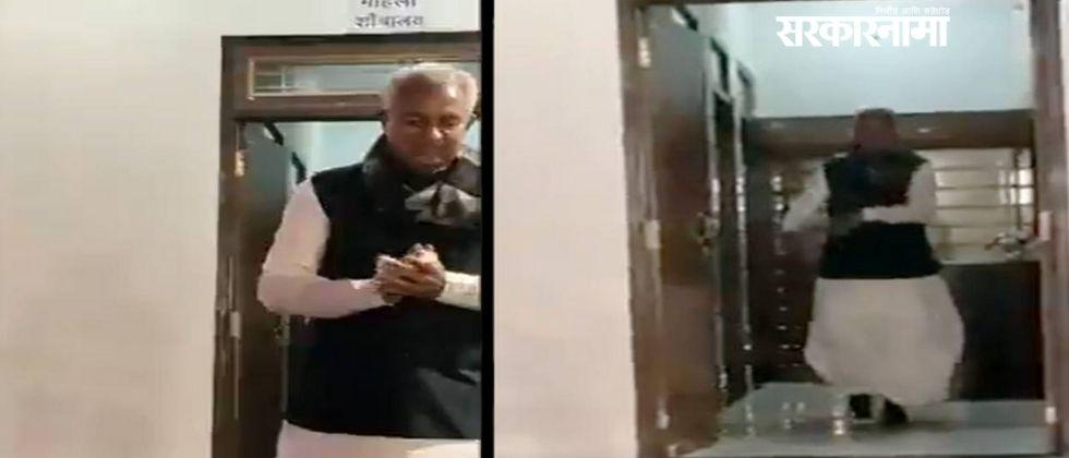 Rajasthans industry minister enters in womens toilet