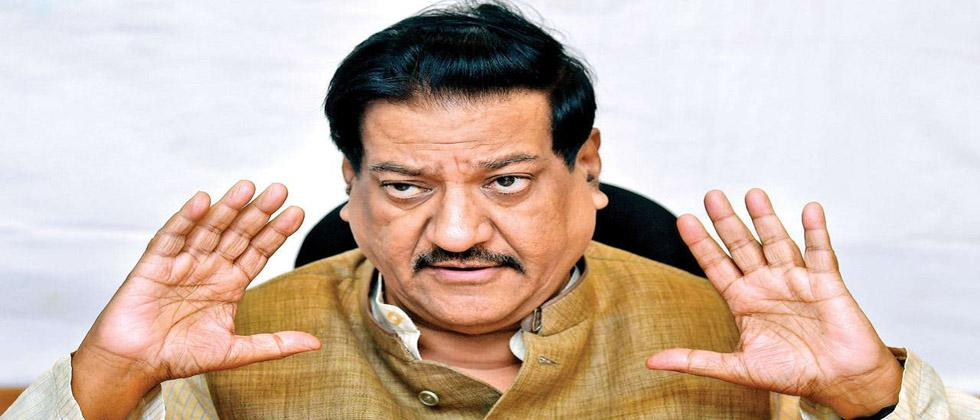 Prithviraj Chavan is angry with the officials of Karad Municipality ....