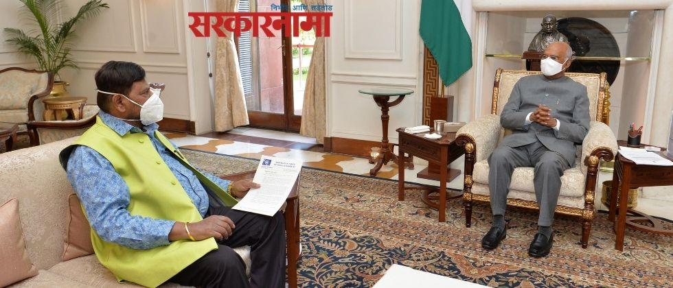 Ramdas Athavale met to President to demand implementation of President's rule in Maharashtra