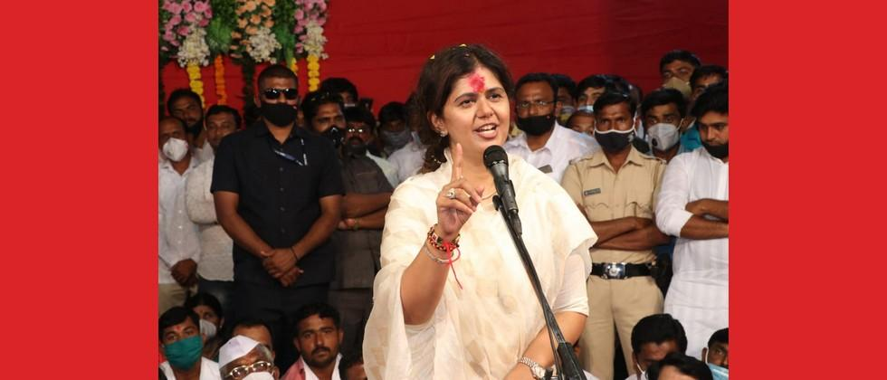 pankaja munde says first police cases against workers and now leader