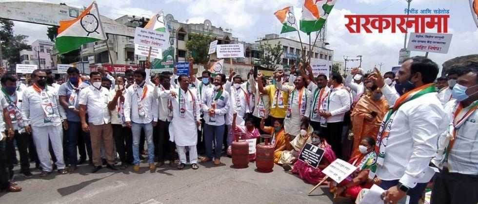 Rasta Rocco agitation on behalf of NCP against the Central Government at Saswad on the issue of inflation