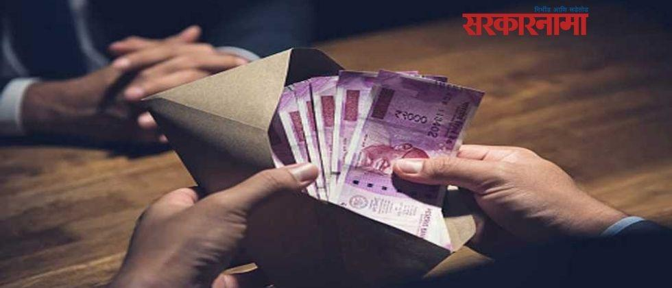 Extension officers caught accepting Rs 10,000 bribe .jpg