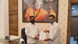 Yogesh Babar Giving Memorandum to Ekanath Shinde