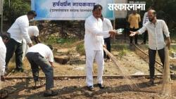 Minister of State Dattatreya Bharane took part in the clean-up operation