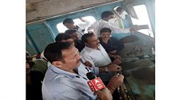 MP Udayanraje went to meet Minister Eknath Shinde while driving the boat ...
