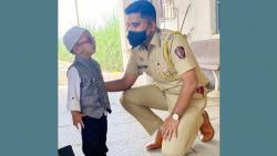 The DYSP knelt down to fulfill the wish of the little boy