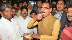 shivrajsinh chouhan eating vadapaav at sonai