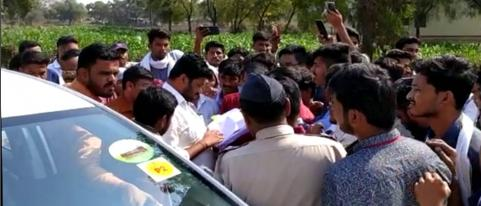 Students Stopped Bacchu Kadu's Car in Akola