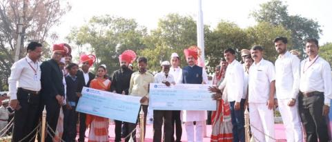 Dhananjay Munde Handed over Cheques to Blind Families