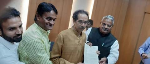 Ex MP Shivajirao Adhalrao Giving Memorandum to CM Uddhav Thackeray About Shivenri Fourt